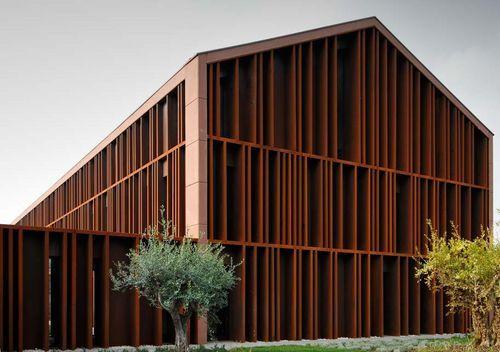 Revestimiento de fachada metal / de acero / patinado / con láminas HOTEL CASALGRANDE  Stahlbau Pichler