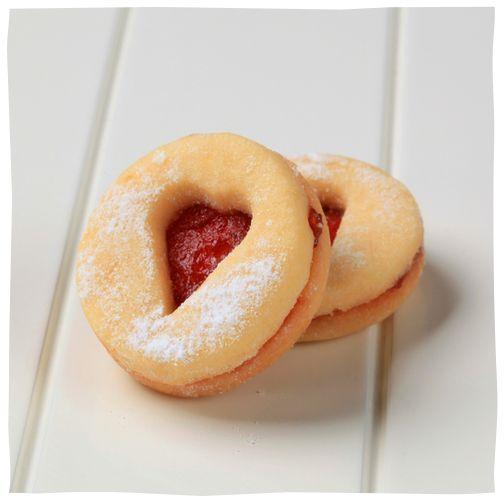 Biscuiței de casă cu dulceață de căpșuni  http://www.raureni.ro/blog/biscuitei-de-casa-cu-dulceata-de-capsuni/