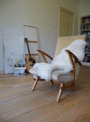 Jaren 50 fauteuil met mooi organisch gevormd houten frame en velours bekleding.