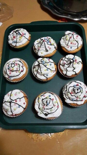 Cupcakes con panna zuccherini colorati e cioccolato