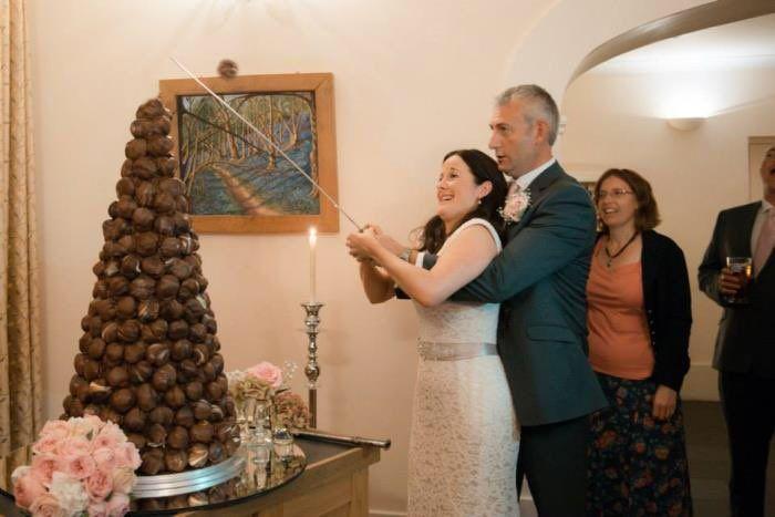 #trouweninFrankrijk dan eet je een Croquembouche 'Vroeger werd de taart nog wel eens aangesneden, met een zwaard! De bruidsmeisjes stonden met lakens klaar om de soesjes op te vangen.' Ideetje voor jullie bruiloft? 😉
