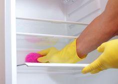 Limpar a geladeira é uma tarefa massante, mas que não deve ser adiada. A higienização do eletrodoméstico é fundamental para evitar problemas de saúde e a contaminação de alimentos.Leia tambémComo limpar eletrodomésticos sem danificá-losComo limpar geladeira de inox sem deixar marcasComo tirar cheiro ruim da