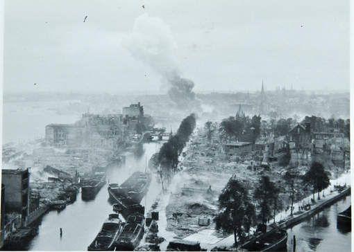 Unieke panoramafoto toont verwoest Rotterdam - AD.nl Het Wijnhaveneiland met links de Boompjes daags na het bombardement. © Collectie Hans Nieuwenhuijsen.
