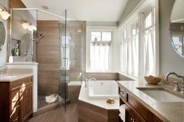 petite baignoire d' angle, cabine de douche d'angle et un lambris marron dans une salle de bains moderne