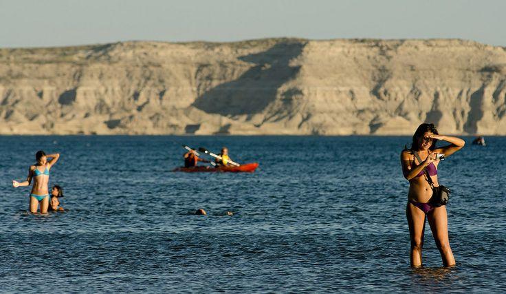 Puerto Pirámides, en la península Valdés, Chubut Argentina, desde donde parten las embarcaciones para realizar el avistaje de la ballena franca austral, la cual permanece en estas costas de junio a diciembre.