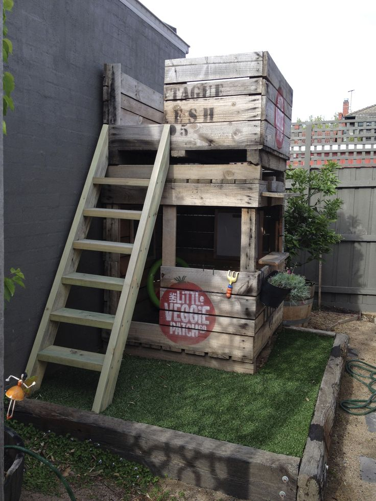 Cubby house made from apple crates. I could totally do this with pallets. I am the pallet master now!