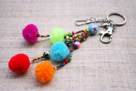 Pompons aan je sleutelhanger. Altijd vrolijk. Zelf maken? Kijk voor garen en pompon makers eens op http://www.bijviltenzo.nl