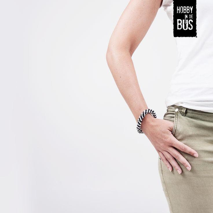 Hobby in de Bus | DIY-kit kumihimo armband In dit pakket vind je alle benodigde materialen en een handleiding voor het vlechten van jouw armbanden. In dit pakket zit o.a. een vlechtschijf, satijndraad, garen en kralen waarmee je twee armbanden zelf kan vlechten. De manier waarop je de armbanden vlecht zowel met als zonder kralen staat uitgelegd in onze handleiding.