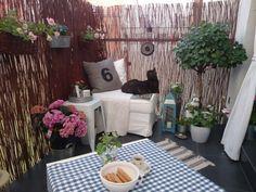 Balkon Sichtschutz mit Bambusmatten und kleine Sitzecke