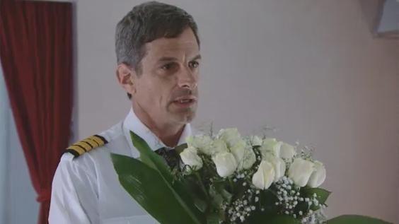 Francisco (Rafael Ferro) -el piloto de la aerolínea en la que trabaja Mey (Carla Peterson)- se decidió y le hizo una propuesta muy particular a azafata en el medio de un vuelo. Mirá su respuesta: