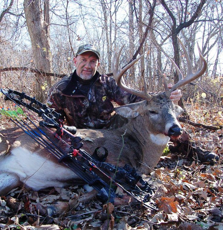 En el otoño paso mi tiempo en un árbol de pie esperando por un dólar Mostrar sus cornamentas. Me gusta ir a la caza en el otoño y meses de verano. En la granja legalmente puedo disparar tres ciervos por temporada. Puedo disparar dos doe y un dólar. Me encanta cazar.