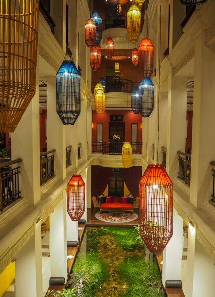 Le hall d'entrée à l'hôtel Shanghai Mansion à Bangkok - Quel hôtel choisir à Bangkok? Dans quel quartier aller? Où dormir à Bangkok? Après 4 voyages là-bas, je partage avec vous 9 bonnes adresses d'hôtel à Bangkok testés et approuvés, dans 7 quartiers différents, pour tous les budgets: trouver votre guesthouse à Bangkok, votre hôtel, votre auberge de jeunesse ou l'appartement avec piscine de vos rêves! #voyage #thaïlande #bangkok #oùdormir #hôtel #guesthouse #appartement #aubergedejeunesse