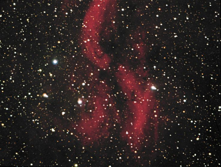 Nebulosa Hélice DWB111. Es una nebulosa de emisión muy débil en el Cisne, y parte de una compleja nebulosa más grande. Los astrónomos parecen tener más preguntas que respuestas, con respecto a esta nebulosa. El origen de la peculiar estructura todavía es completamente desconocido. El polvo oscuro  está estrechamente asociado con la nebulosa, principalmente en frente.