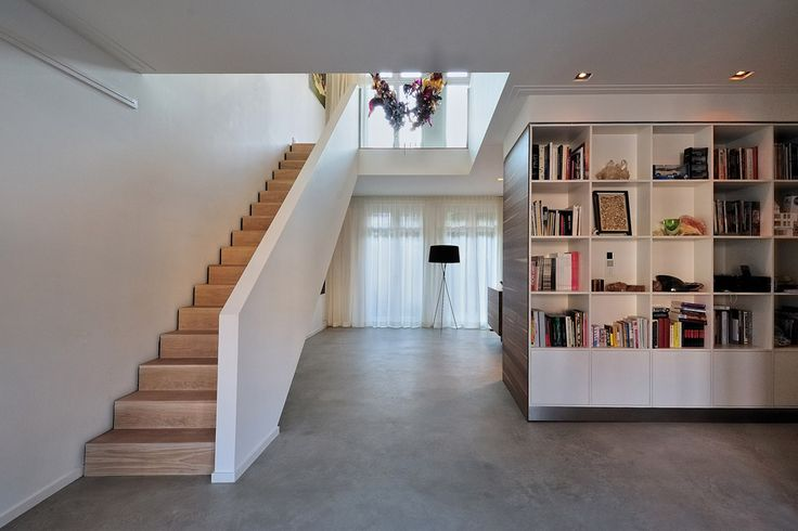 Bloem en Lemstra architecten kreeg de opdracht om het ontwerp te maken voor de verbouwing van een woning aan de Amstelkade in Amsterdam. De woning bestond oorspronkelijk uit twee losse appartementen op de begane grond en eerste verdieping. Deze woonlagen zijn samengevoegd en ruimtelijk verbonden middels een vide met open …