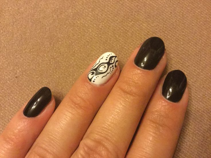 Nail design - Alapja géllakk. Minta 0-ás ecsettel és pontozótűvel.