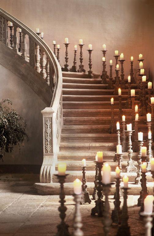 Décor de soirée dans l'escalier du château