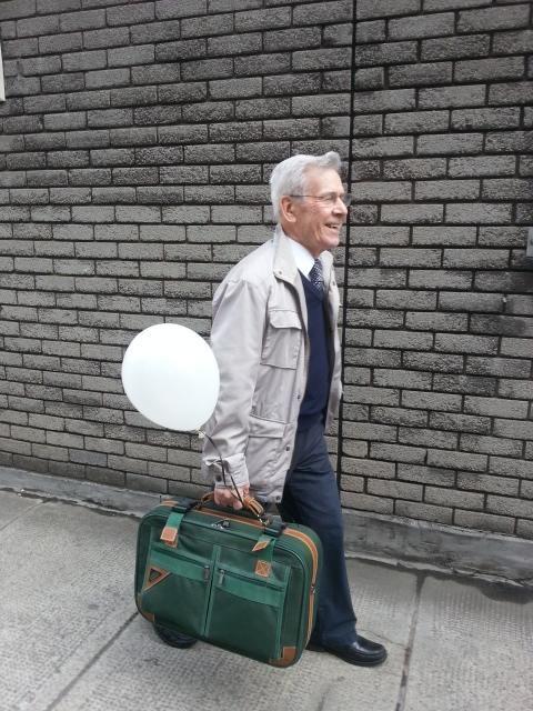 こうするとスーツケースが軽くなるんだ