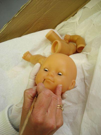 Depuis 15 ans, la clinique Corolle est aux petits soins pour ses poupées –  En effet, depuis 1998, Corolle propose sa clinique qui pratique, bon an mal an, 1000 réparations par an. Un pied grignoté par le chien, un bras disparu, des cheveux coupés trop courts, un coup de feutre… et Docteur Sophie est là.