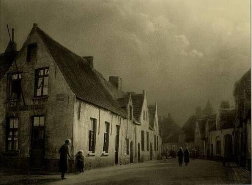 darksilenceinsuburbia:  Le Vieux Bruges, 1941 Leonard Missone