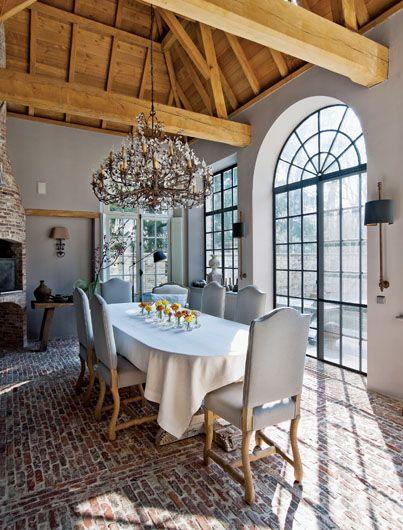 Kinkiety i dekoracyjny zydel-konsolę zrobił zaprzyjaźniony artysta Michel Lambrecht. Krzesła są ze sklepu La Campagne.