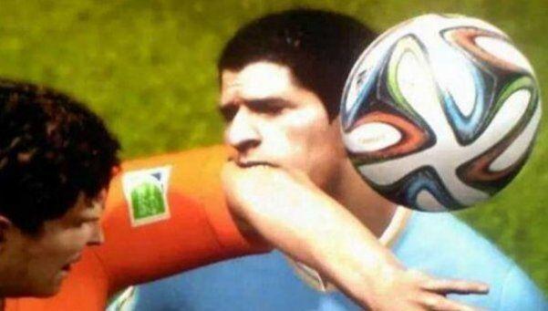 Cada vez más real: Suárez muerde hasta en el PES.  Una imagen mostró al jugador uruguayo con los dientes clavados en el hombro de otro futbolista en el reconocido videojuego. La foto estalló en Twitter. http://www.diariopopular.com.ar/c199075