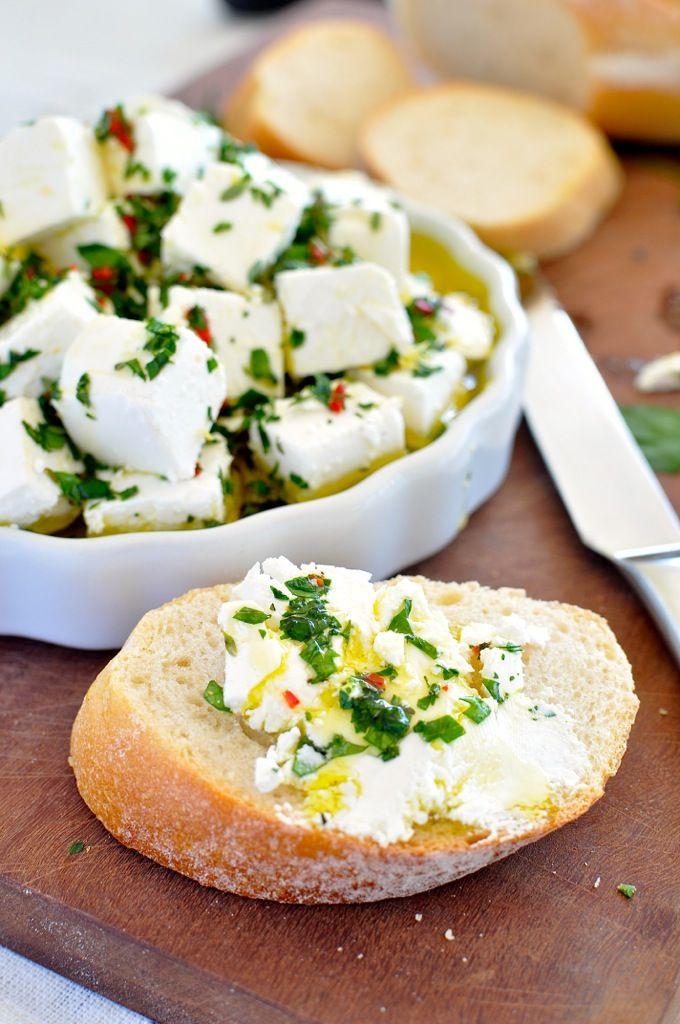 ハーブと唐辛子のフェタチーズ ‐ ほんの数分で出来てしまい、ハーブとオリーブオイルとフェタチーズのバランスがバッチリです。