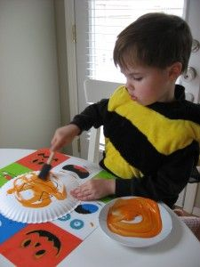 Have the paper plates with the faces traced on them and let the kiddos go to town painting andd filling in the jacko-lanterns!