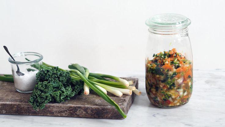 Kimchi er tradisjonelt tilbehør i det koreanske kjøkken, og består hovedsaklig av fermentert kinakål, hvitløk og chili. Men det finnes utallige varianter, og her har jeg laget en full av grønnsaker og smak. Ønsker du en mer tradisjonell kimchi kan du utelate grønnkålen. Ofte tilsetter man tørkede reker og/eller fiskesaus når man lager kimchi, men jeg synes ikke det er nødvendig.    Det tar omtrent 15 minutter å forberede kimchien, men så skal den stå og fermenteres i 3-10 dager avhengig av…