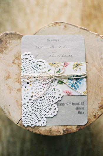 シンプルな固紙に、レースペーパーと花柄プリントペーパーを麻の紐で結んだ、エレガントな招待状。貰ったゲストも飾っておきたくなるような、素敵な招待状です。