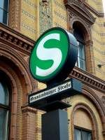 S-Bahn-Signet im Stil der 30er Jahre - vor der Fassade des ehemaligen Postfuhramtes in Mitte. 15.5.2009