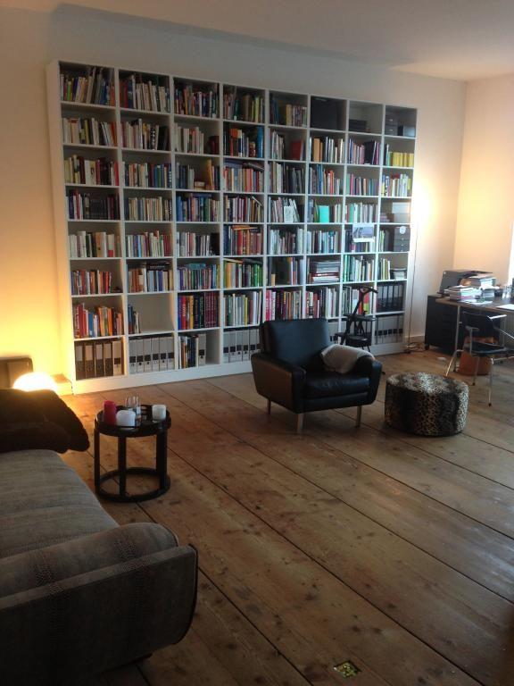 Traumhafte Leseecke mit großem, schön sortiertem Bücherregal ...