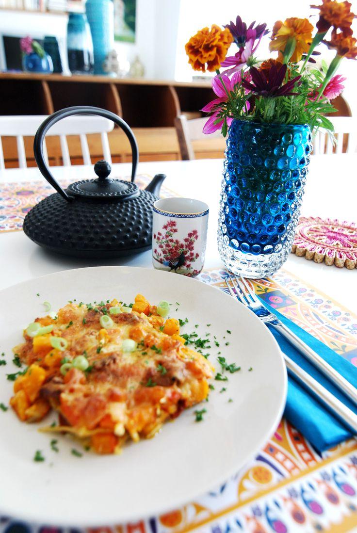 Das ist jedes Jahr das erste Rezept, das ich mit Kürbis koche, weil die getrockneten Tomaten darin den Sommer verabschieden und der Kürbis den Herbst begrüßt. Klingt nicht nur poetisch, ist auch kulinarisch ein Gedicht...  Zuerst schneidet