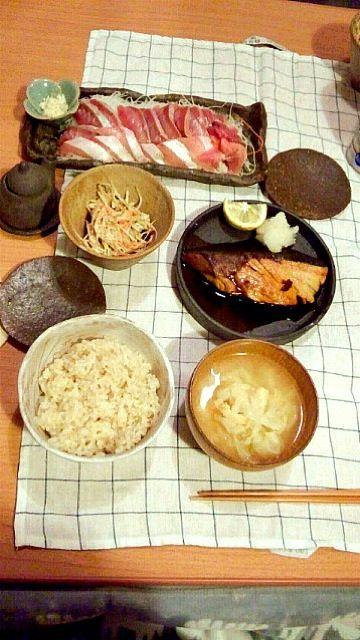 ぶりとイナダって(笑) - 7件のもぐもぐ - 晩ご飯:ぶりの照り焼き イナダのお刺身 ゴボウサラダ キャベツと油揚げの味噌汁 by ヤマモトショウコ