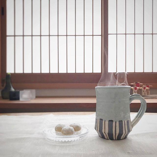 WEBSTA @ ryokusui_sabo - おはようございます。太宰府は霜が降りてとても寒い朝です。今朝は深むしかぶせ茶。コクがあって、でも甘みもあってとても美味しい。昨日娘が作ったスノーボールクッキーを少し分けてもらいました。胡桃の風味とほろほろと解けてゆく食感がいい感じです◎月曜日、今週も頑張りましょうね。