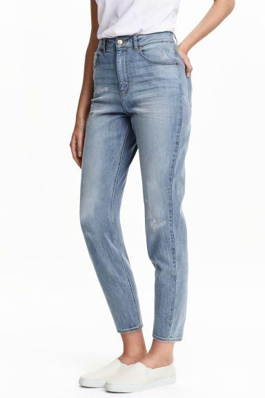 Mom Trashed Jeans: Jeans a 5 tasche in denim elasticizzato e lavato, con dettagli molto consumati. Vita alta e gamba leggermente a sigaretta.