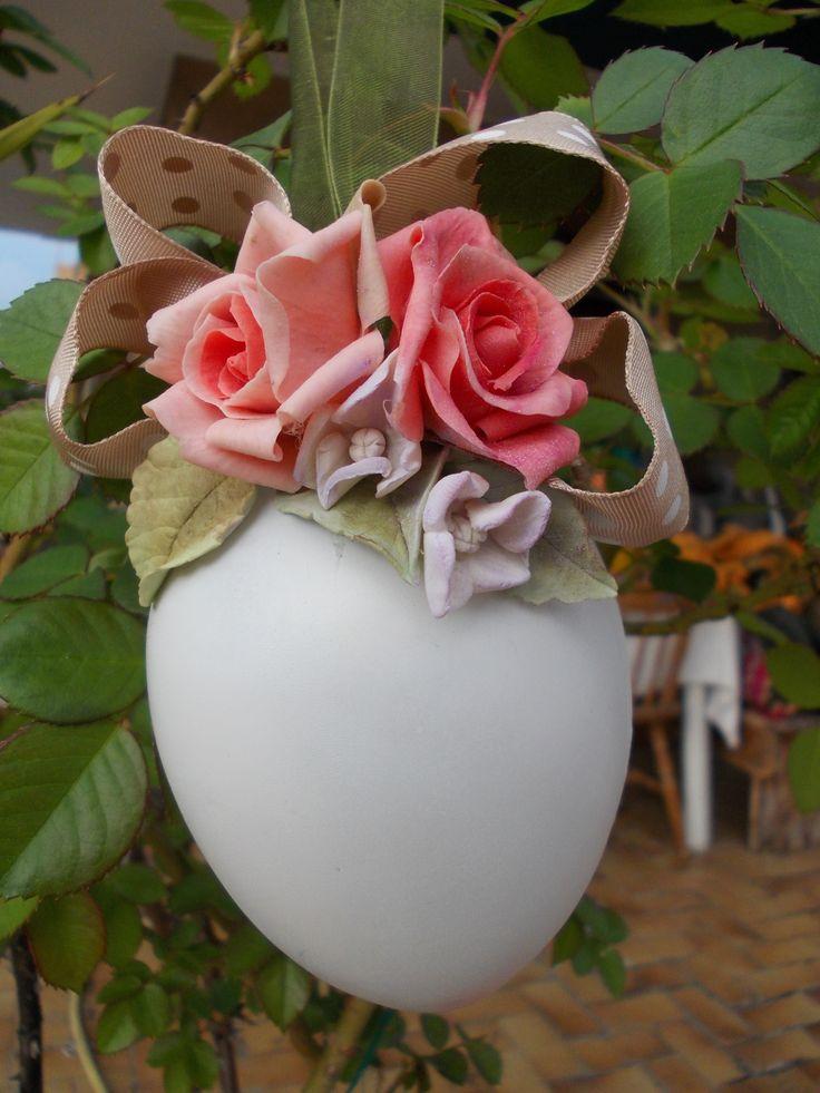 uovo primaverile con decorazioni in porcellana fredda