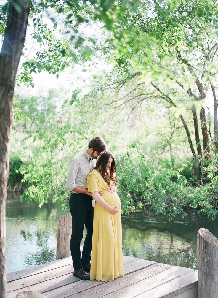 Film maternity session. Maternity Maxi Dress. Pretty maternity outfits for…