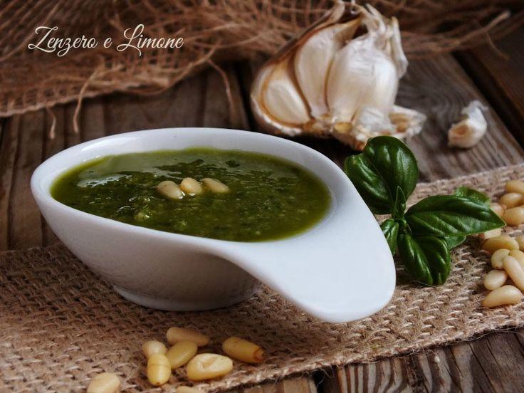 Il pesto alla genovese è la famosissima salsina ligure che viene preparata con foglie di basilico e pinoli. E' il condimento ideale per trenette e trofie