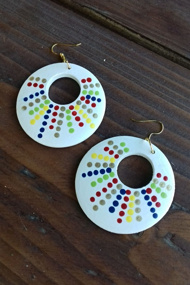 Náušnice+donuty+s+puntíky+Náušnice+jsou+vyrobeny+ze+dřeva,+jsou+malovány+akrylovou+barvou+a+přelakovány,+průměr+náušnice+5+cm.