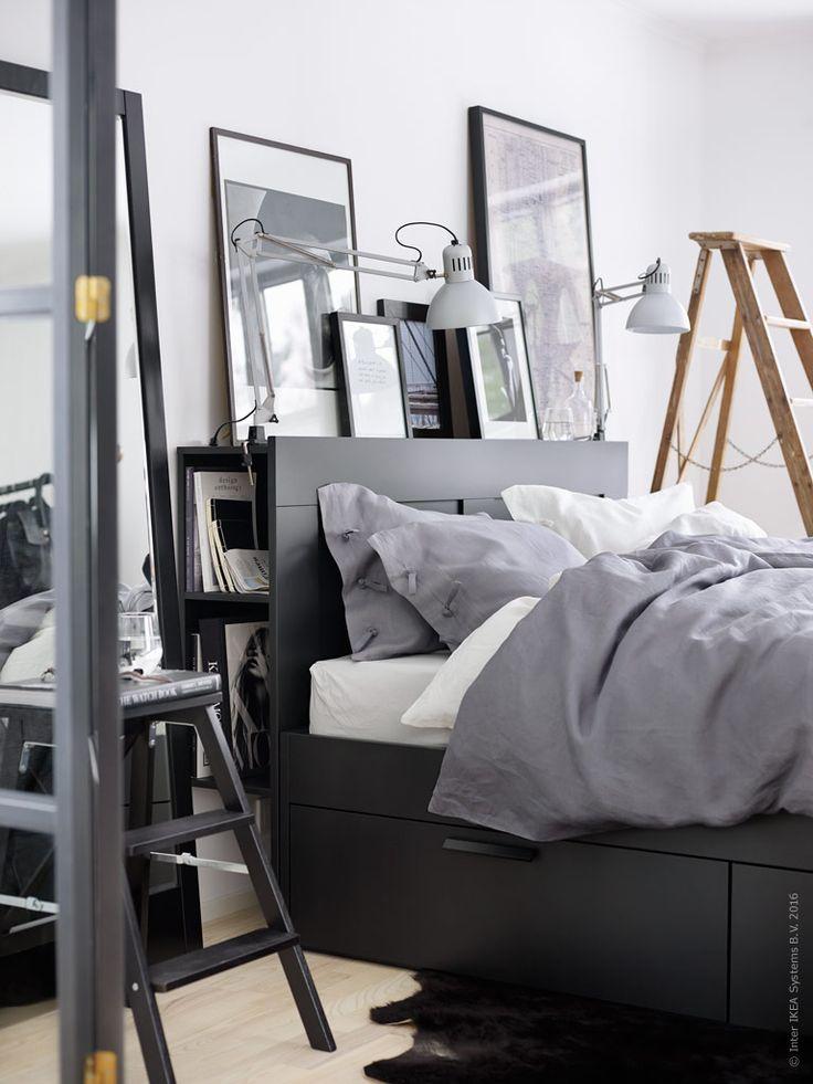 Den svarta sängen BRIMNES med huvudgavel ger rummet tyngd och karaktär. En tavelvägg med mixade svarta ramar och industriell belysning sätter stilen. Här står tavlorna lutade mot väggen ovanpå sänggavelns fina avlastningsyta.