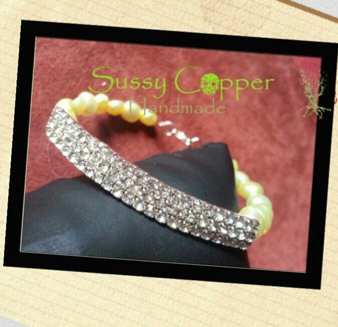 Pulsera stras con perlas de cultivo tintadas en un suave amarillo