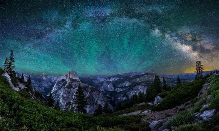 O céu noturno visto no Parque Nacional de Yosemite, na Califórnia, EUA.