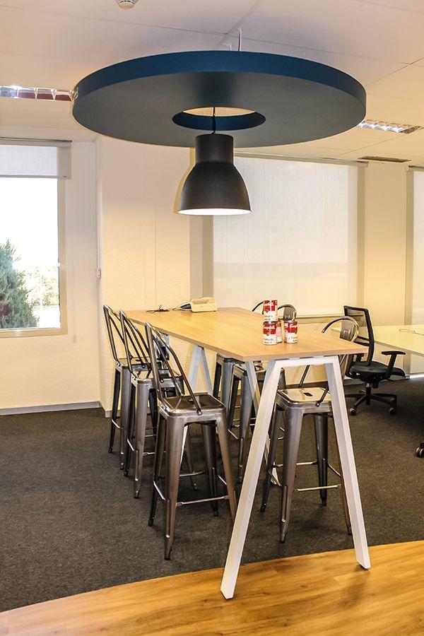 Zona de descanso, hotelling, en las oficinas de Meta4. La ergonomía no sólo se trabaja en sillería de alta gama, sino en cambio de posturas, creándose zonas hotelling con bancos y mesas altas que permitan al equipo trabajar en otras posturas.