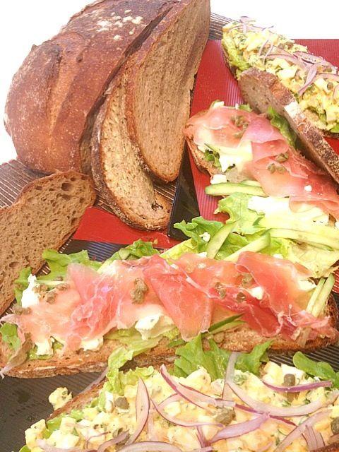 コルドンブルーで作ってきた天然酵母の大きなパンをスライスして明日のランチ用サンドに。生ハムとクリームチーズ、たまごと海老。明日が楽しみ(*^^*) - 91件のもぐもぐ - 天然酵母のパン・コンプレで生ハムサンド by かず