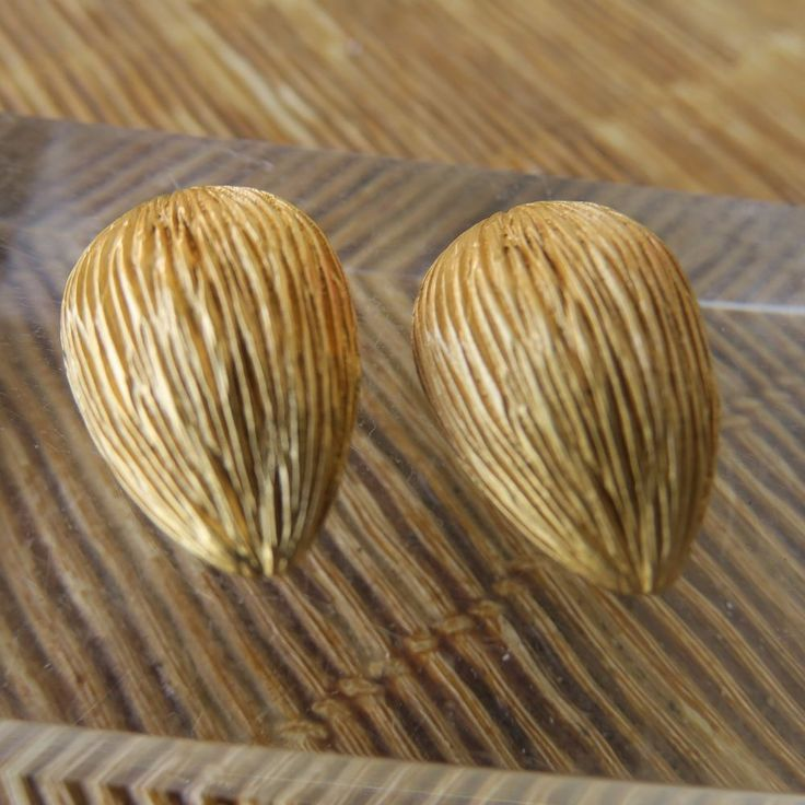 paire de boucle d'oreille fève de cacao / BALENCIAGA, bijoux couture vintage