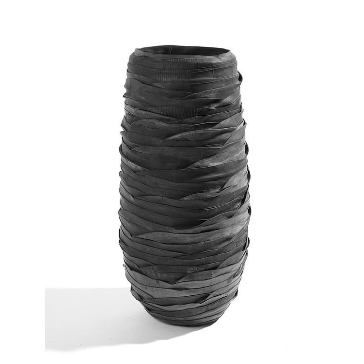 POTTEN EN VAZEN Dit is een hoge Serax-vaas en deze is gemaakt van gerecycled materiaal