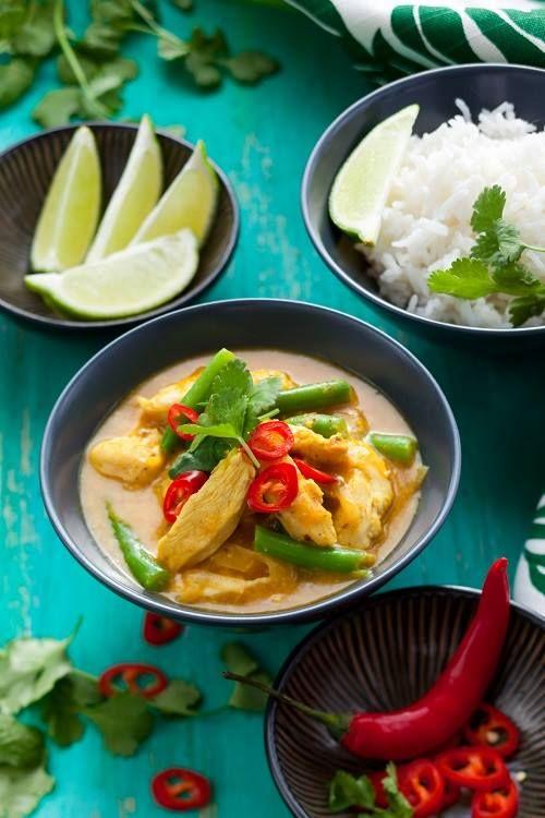 Sapori orientali: pollo in salsa al latte di cocco e curry, servito con riso al lime e un pizzico di peperoncino. #ricette