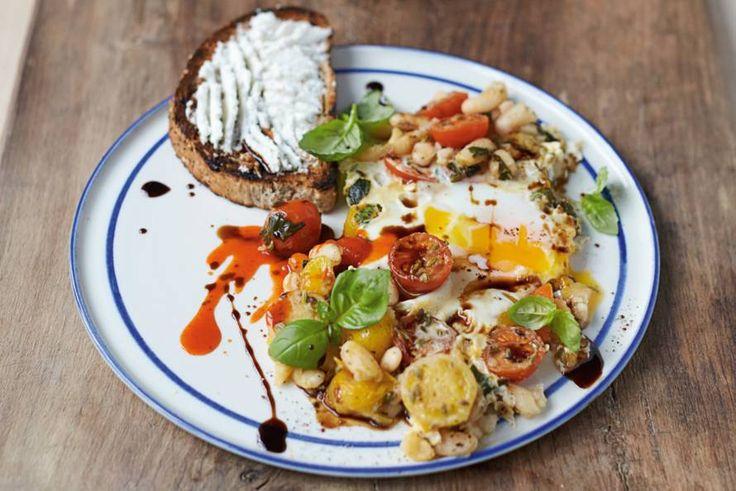 Een keer wat anders op de ontbijttafel? Jamie bakt zijn eieren met bonen, kaas én tomaat.- Recept - Allerhande