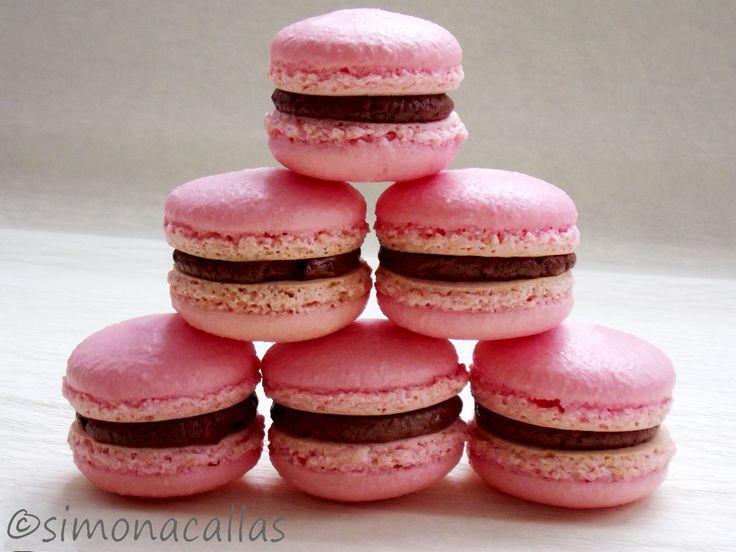 Macarons reteta simpla Sunt mititele, drăgălaşe, frumos colorate... Sunt dulci şi ispititoare, ca oglinda unei oaze în miezul Saharei... Sunt rafinate...