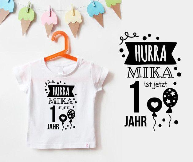 **Colles Geburtstagsshirt mit Namen** und einem großen HURRA in Weiß.  Das Geburtstagsshirt ist ein tolles Accessoire für den Geburtstag eines Kindes. Durch das schön gestaltete T-Shirt, wird der...
